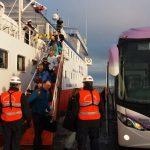 Galería: Pasajeros de crucero Skorpios desembarcan tras cumplir periodo de cuarentena