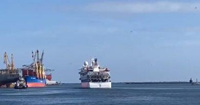 Crucero Greg Mortimer se dirige a España tras permanecer dos meses en Montevideo